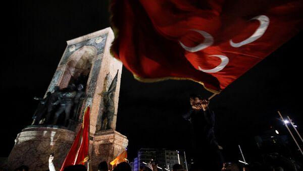 Taksim'de seçim kutlamaları - MHP bayrağı - Sputnik France