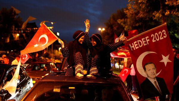 AK Parti İstanbul İl Başkanlığı önünde seçim kutlamaları - Sputnik France