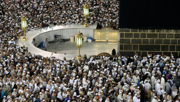 Паломники во время хаджа дотрагиваются до Каабы во время обхода вокруг нее в мечети Масджид аль-Харам в Мекке. - Sputnik France