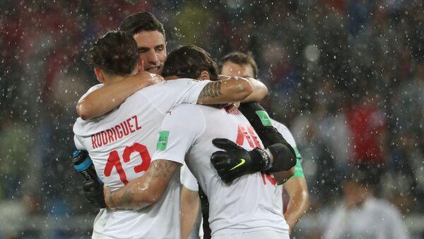 Игроки сборной Швейцарии радуются победе в матче группового этапа чемпионата мира по футболу между сборными Сербии и Швейцарии. - Sputnik France