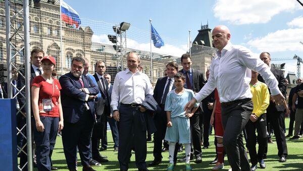 Президент РФ В. Путин посетил парк футбола на Красной площади - Sputnik France