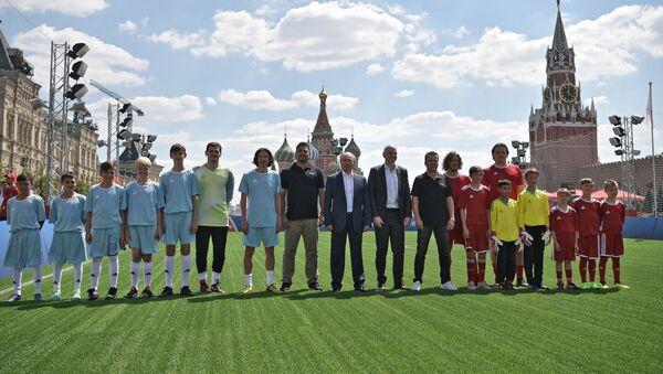 Un match de foot disputé directement sur la place Rouge entre Poutine et Infantino - Sputnik France