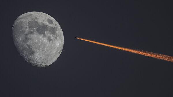 La Lune et un avion au coucher de soleil - Sputnik France