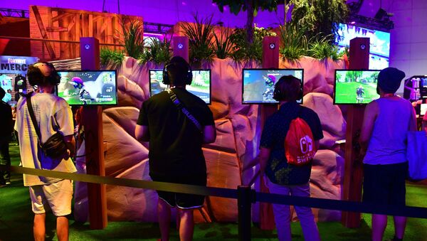 People crowd the display area for the survival game Fortnite at the 24th Electronic Expo, or E3 2018, in Los Angeles, California on on June 12, 2018, where hardware manufacturers, software developers and the video game industry present their new games. - Sputnik France