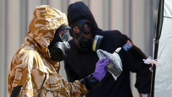 Forensic investigators, wearing protective suits, emerge from the rear of John Baker House, after it was confirmed that two people had been poisoned with the nerve-agent Novichok, in Amesbury, Britain, July 6, 2018 - Sputnik France