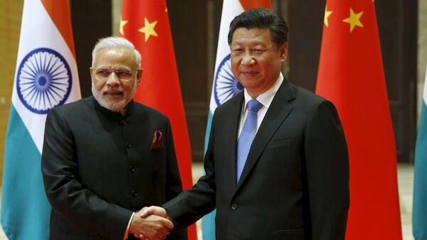 Indian Prime Minister Narendra Modi (L) and Chinese President Xi Jinping shake hands before they hold a meeting in Xian, Shaanxi province, China, May 14, 2015 - Sputnik France