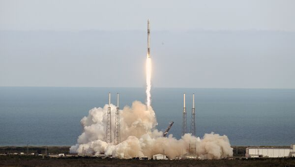 A SpaceX Falcon 9 rocket lifts off from launch complex 40 at the Cape Canaveral Air Force Station in Cape Canaveral, Fla., Monday, April 2, 2018 - Sputnik France