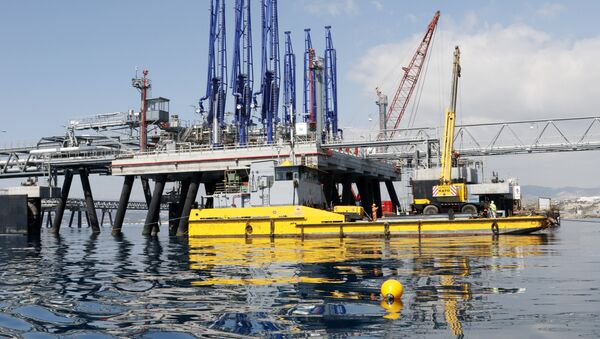 A picture taken on March 24, 2015 shows the jetty at the oil storage terminal of VTT Vasiliko Ltd (VTTV) at the port of Vasilikos in the coastal southern Cypriot town of Mari. - Sputnik France