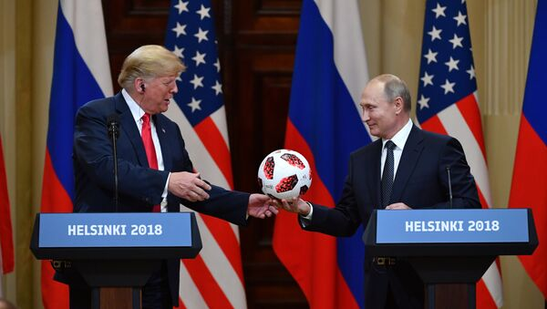 Russia's President Vladimir Putin (R) offers a ball of the 2018 football World Cup to US President Donald Trump during a joint press conference after a meeting at the Presidential Palace in Helsinki, on July 16, 2018 - Sputnik France