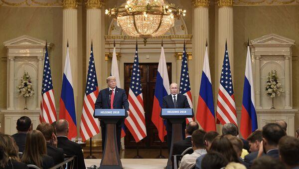 16 июля 2018. Президент РФ Владимир Путин и президент США Дональд Трамп (слева) на совместной пресс-конференции по итогам встречи в Хельсинки. - Sputnik France