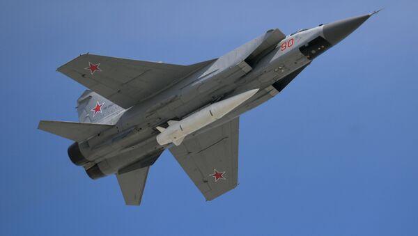 МиГ-31 с гиперзвуковой ракетой Кинжал на военном параде, посвященном 73-й годовщине Победы в ВОВ - Sputnik France