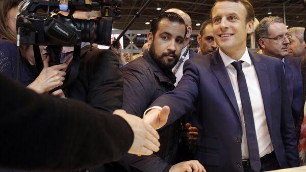 Emmanuel Macron, center, flanked by his bodyguard, Alexandre Benalla, left, visits the Agriculture Fair in Paris, Wednesday, March 1, 2017 - Sputnik France
