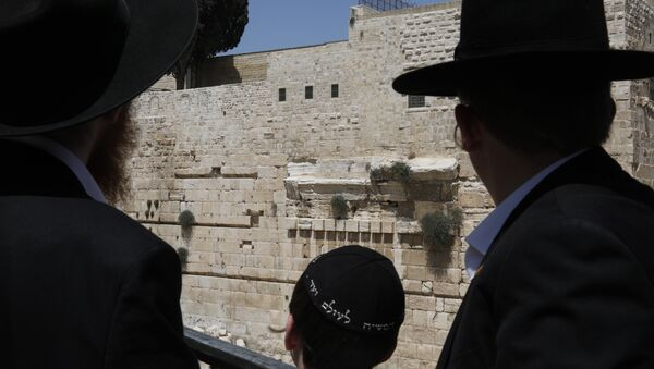 Ultra-Orthodox Jewish men look at the place where a massive stone block dislodged from the Western Wall, Judaism's holiest worship site, falling down onto an egalitarian prayer platform in the Old City of Jerusalem on July 23, 2018. - Sputnik France