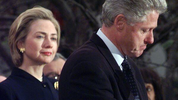Hillary Rodham Clinton, alors la First Lady US, avec le President Clinton en décembre 1998 - Sputnik France