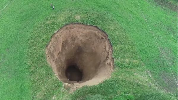 Un trou gigantesque de la taille d'un immeuble de 15 étages s'est formé non loin de Nijni-Novgorod - Sputnik France