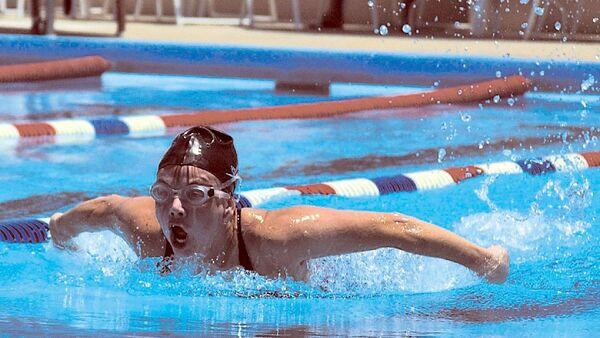 Un nageur pratiquant le papillon (image d'illustration) - Sputnik France