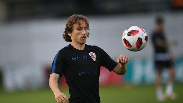 Luka Modric joue avec un ballon lors d'une séance d'entraînement avant le match de quart de finale de la Coupe du monde entre la Russie et la Croatie, le 4 juillet 2018 - Sputnik France