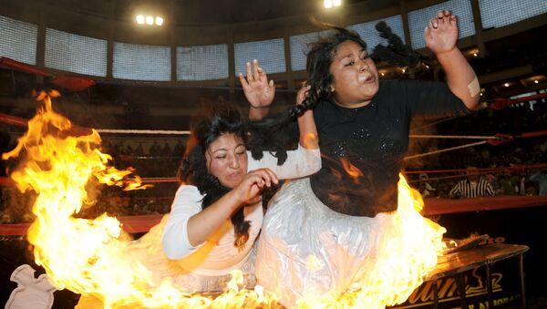 Catch féminin: des indigènes boliviennes en jupe mettent le feu au ring - Sputnik France
