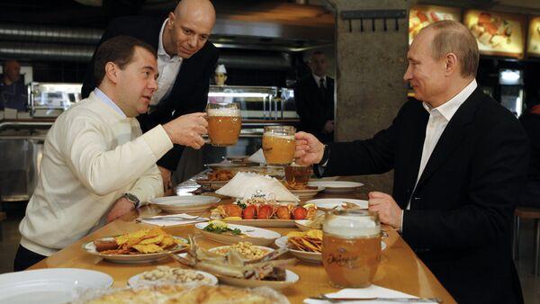 Д.Медведев и В.Путин посетили пивной бар Жигули - Sputnik France