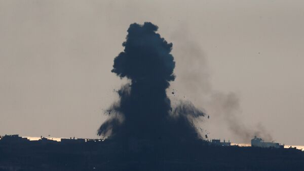 Smoke rises following an Israeli air strike on the Gaza Strip hours after a rocket launched from the Palestinian enclave hit the Israeli border town of Sderot, as seen from the Israeli side of the border with Gaza - Sputnik France