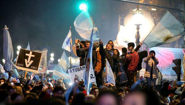 Activistas contra la legalización del aborto en Argentina celebran el resultado de la votación en el Congreso Nacional - Sputnik France
