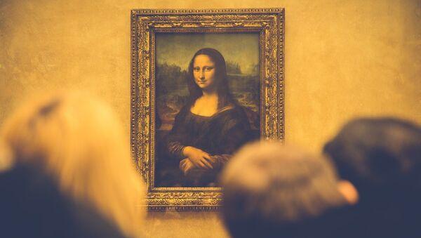 People looking at Leonardo da Vinci's Mona Lisa - Sputnik France