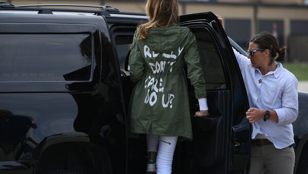 US First Lady Melania Trump departs Andrews Air Rorce Base in Maryland June 21, 2018 wearing a jacket emblazoned with the words I really don't care, do you? following her surprise visit with child migrants on the US-Mexico border. MANDEL NGAN / AFP - Sputnik France