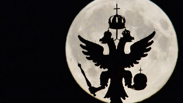 Silhueta do escudo da Rússia no Kremlin com Lua no fundo - Sputnik France