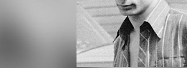Репродукция с фотографии 80х-88х годов. Владимир Путин (слева) на даче у знакомого. Репродукция 2001 года из архива Бесика Пипии. - Sputnik France