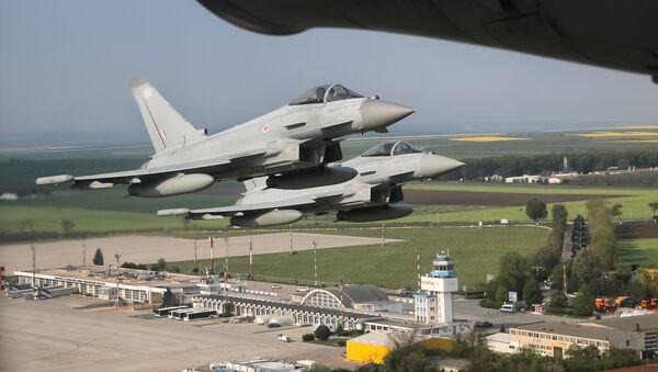 Des chasseurs Eurofighter Typhoon de la Royal Air Force survolent la base Mihail-Kogalniceanu en Roumanie - Sputnik France