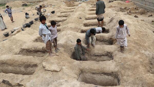 des tombes préparées pour les victimes de la frappe aérienne de jeudi dans la province de Saada - Sputnik France