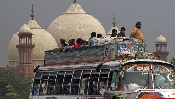 Пассажиры в переполненном автобусе едут, чтобы отпраздновать дома Курбан-байрам, Лахор, Пакистан - Sputnik France