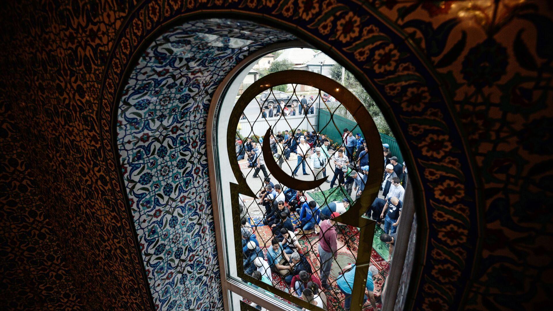 Верующие в праздник Курбан-Байрам у Соборной мечети Барнаула - Sputnik France, 1920, 27.09.2021