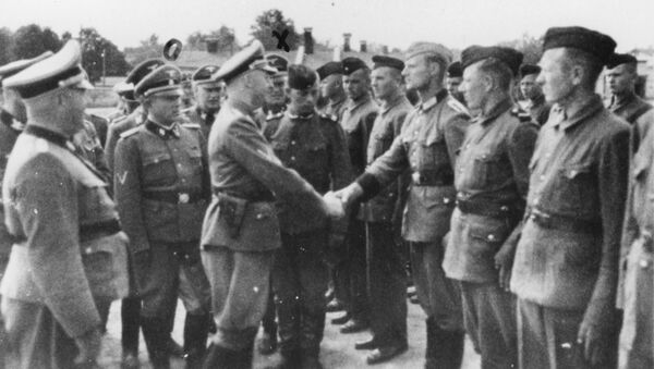 This 1942 photo provided by the the public prosecutor's office in Hamburg via the United States Holocaust Memorial Museum, shows Heinrich Himmler, center left, shaking hands with new guard recruits at the Trawniki concentration camp in Nazi occupied Poland. - Sputnik France