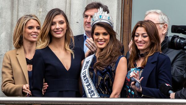 Miss Univers, French Iris Mittenaere (C) poses with Miss France 2015 Camille Cerf (2nd L) next to head of the Miss France society Sylvie Tellier (L) upon her arrival to visit Lille, northern France, on March 19, 2017. - Sputnik France