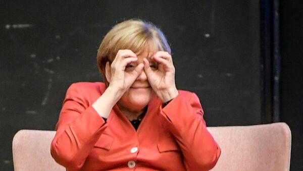 German Chancellor Angela Merkel With 'Binoculars' - Sputnik France