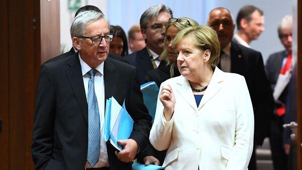 Президент Европейской комиссии Жан-Клод Юнкер и канцлер Германии Ангела Меркель во время саммита глав европейских лидеров в Брюсселе - Sputnik France