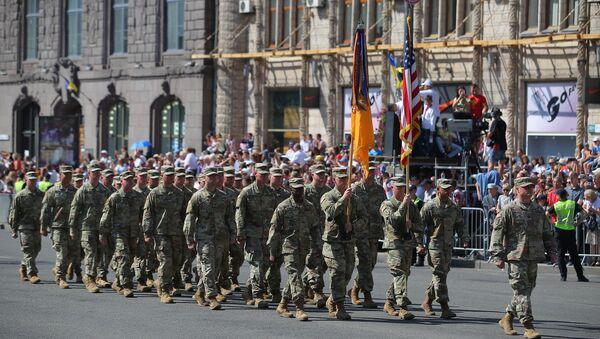 Des militaires américains participent à un défilé à Kiev (image d'illustration) - Sputnik France