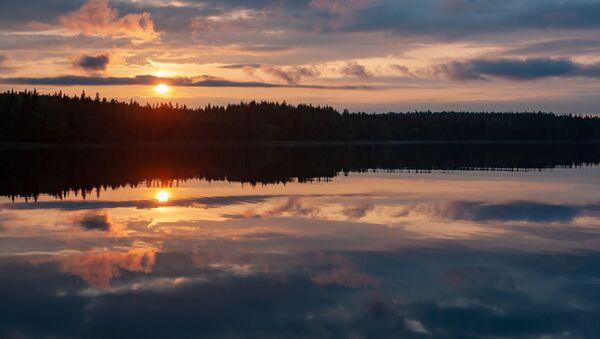 Закат на лесном озере в Суоярвском районе Республики Карелия - Sputnik France