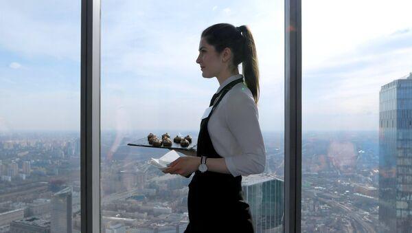 Une serveuse a l'habitude d'aller au travail sans soutien-gorge, voici comment cela finit (image d'illustration) - Sputnik France