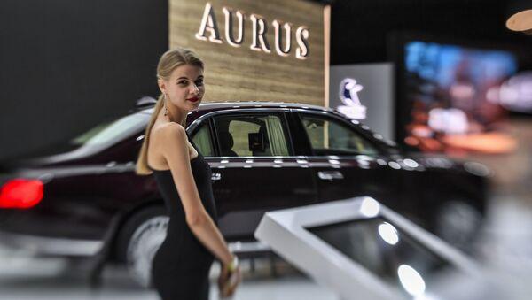 Девушка у автомобиля Aurus Senat на Московском международном автомобильном салоне 2018 - Sputnik France