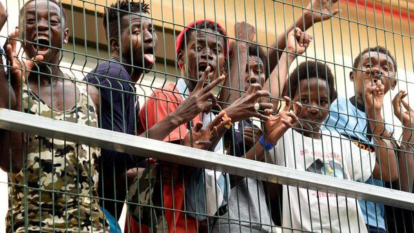 Quelque 200 réfugiés ont traversé la barrière frontalière entre le Maroc et l'enclave espagnole de Ceuta,  22 août 2018 - Sputnik France
