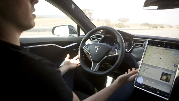 New Autopilot features are demonstrated in a Tesla Model S during a Tesla event in Palo Alto, California October 14, 2015 - Sputnik France