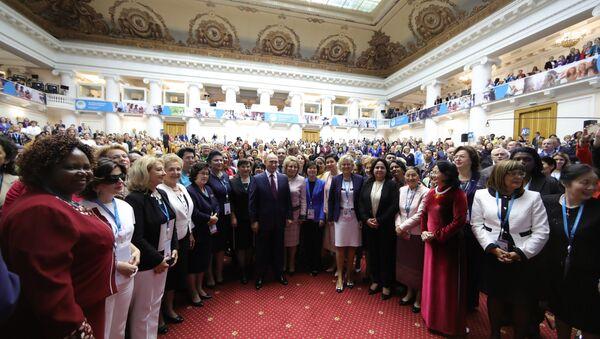 Президент РФ В. Путин принял участие в пленарном заседании II Евразийского женского форума - Sputnik France
