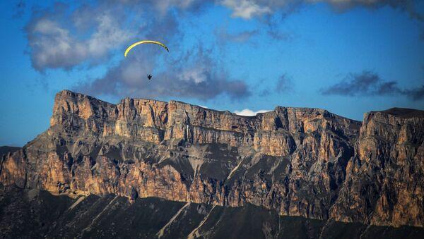 Vol en parapente au-dessus de la gorge de Chegem - Sputnik France