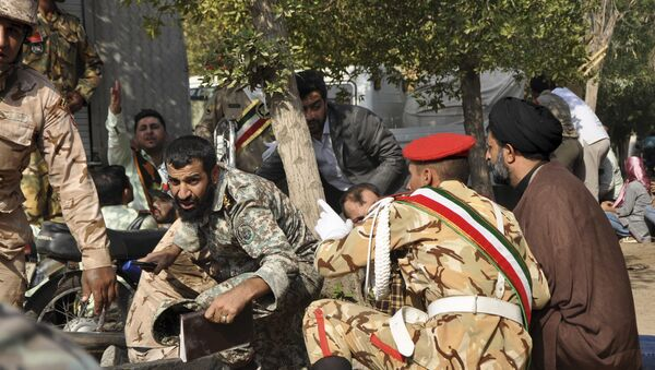 Iranian armed forces members and civilians take shelter in a shooting during a military parade marking the 38th anniversary of Iraq's 1980 invasion of Iran - Sputnik France