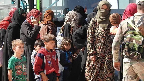 Des dizaines de familles syriennes quittent Idlib par le couloir d'Abou-Douhour - Sputnik France