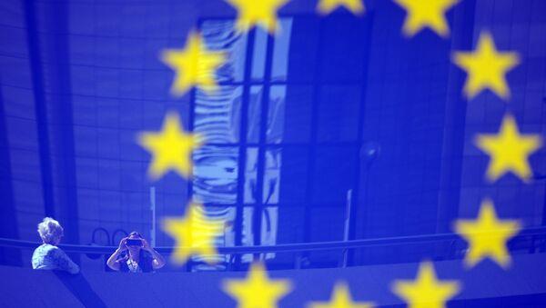 Tourists reflected in a EU logo - Sputnik France