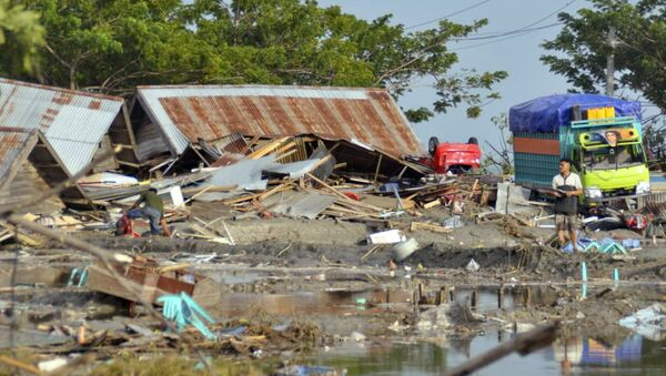 A man stands amid the damage caused by a tsunami in Palu, Central Sulawesi, Indonesia, Saturday, Sept. 29, 2018. A powerful earthquake rocked the Indonesian island of Sulawesi on Friday, triggering a 3-meter-tall (10-foot-tall) tsunami that an official said swept away houses in at least two cities. - Sputnik France
