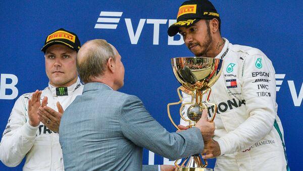 Lewis Hamilton reçoit le trophée des mains de Vladimir Poutine - Sputnik France